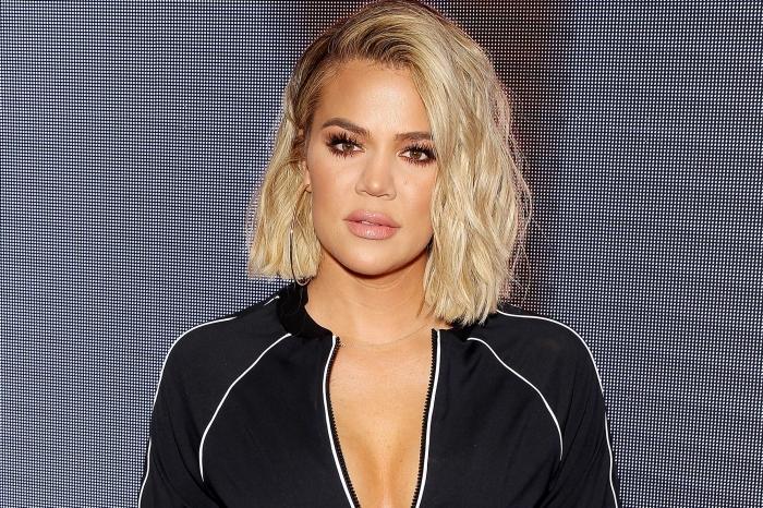 frisuren frauen mittellang, khloe kardashian, gerade geschnittene blonade haare mit dunkelm ansatz