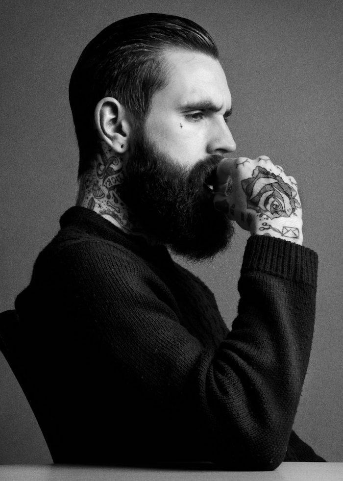 männer haarschnitt, mann mit vielen tätowierungen und langem bart
