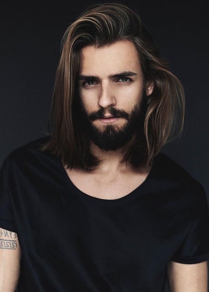 haarschnitt männer, mann mit braunen haaren mit blonden strähnen