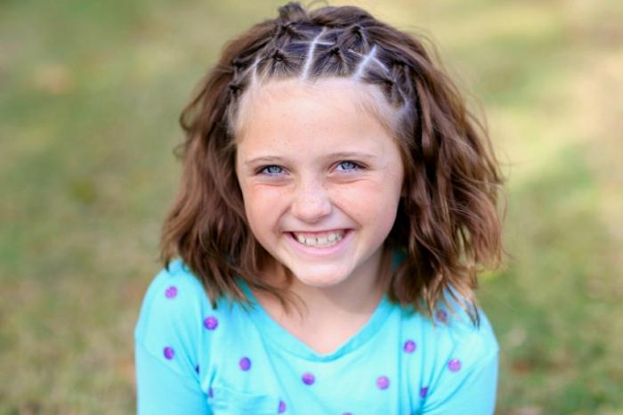 Kinderfrisuren - ein Mädchen mit gebundenen Strähnen am Oberkopf