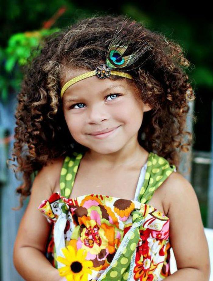 Kinderfrisuren - ein lockiges Mädchen mit blauen Augen und eine schöne Frisur