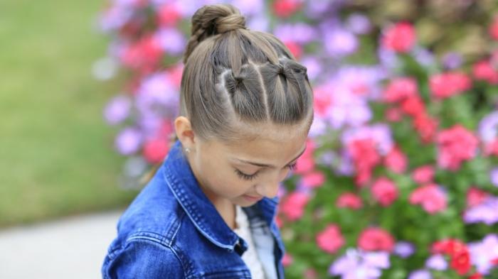 Leichte Frisuren - ein schönes Mädchen mit geflochtenen Strähnen und Pferdenschwanz