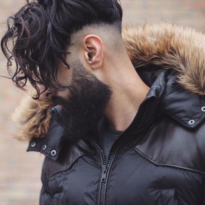 lange haare männer, mann mit hipster bart und langen lockigen haaren