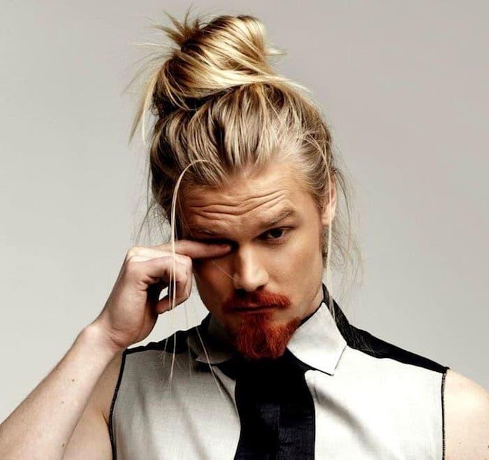 frisur lange haare, mann mit rotem bart und blonden haaren, dutt-frisur für männer