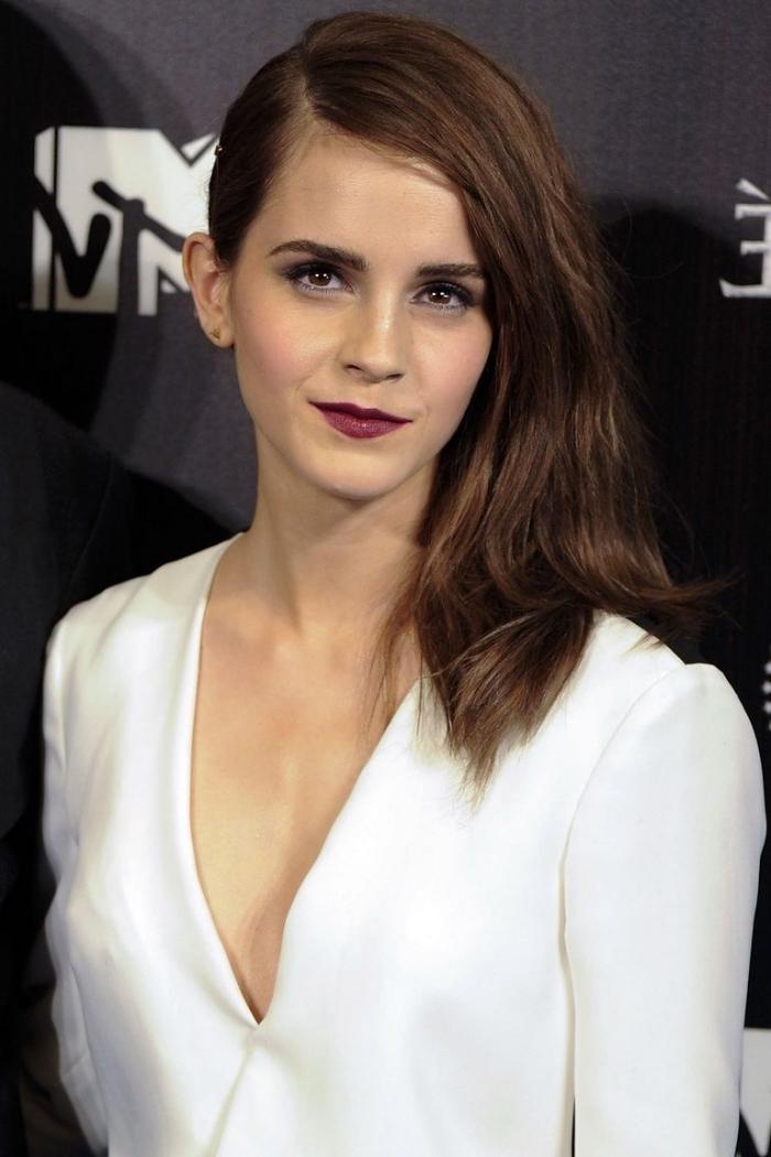frisuren mittellanges haar, frisur mit seitenscheitel, make up in dunkelrot, weißes kleid