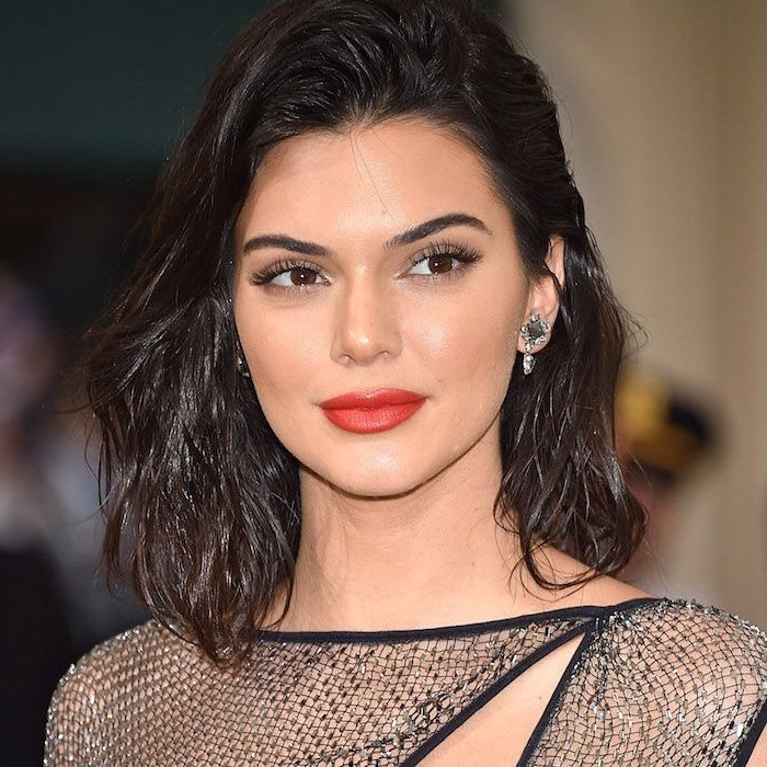 frisuren mittellanges haar, kendal jenner, make up mit rotem lippenstift, wet loook, kurzhaarfrisur