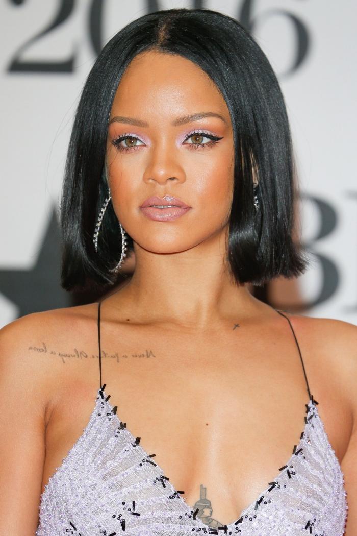 rihanna frisuren mittellang, make up für grüne augen, schwarze gerade haare mit mittelscheitel