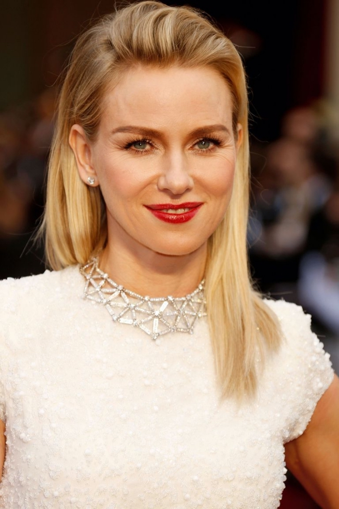 frisuren mittellang stufig, abendfrisur mit volumen, blonde strähnen, weißes abendkleid