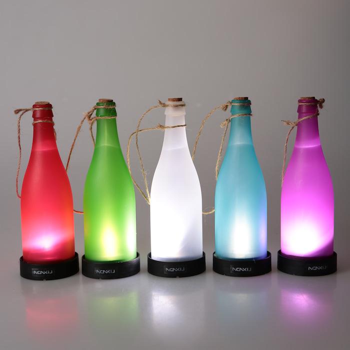 flaschenlampen selber bauen - fünf rote, grüne, weiße, blaue und violette lampen aus flaschen selber bauen