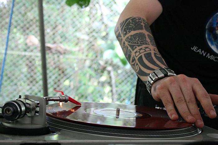 geile tattoos für männer, mann mit polynesicher tätowierung am unterarm