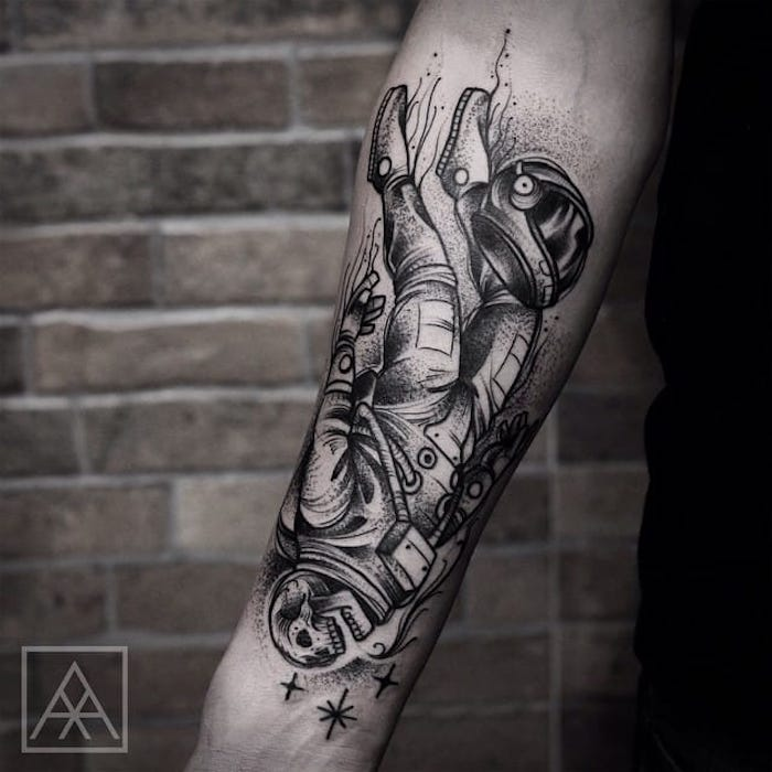 geile tattoos für männer, kosmonaut in kombination mit sterne, schädel
