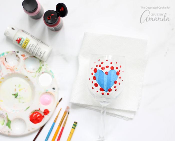 valentinstag geschenk mann und frau gläser selber bemalen ideen mit herzchen deko ideen