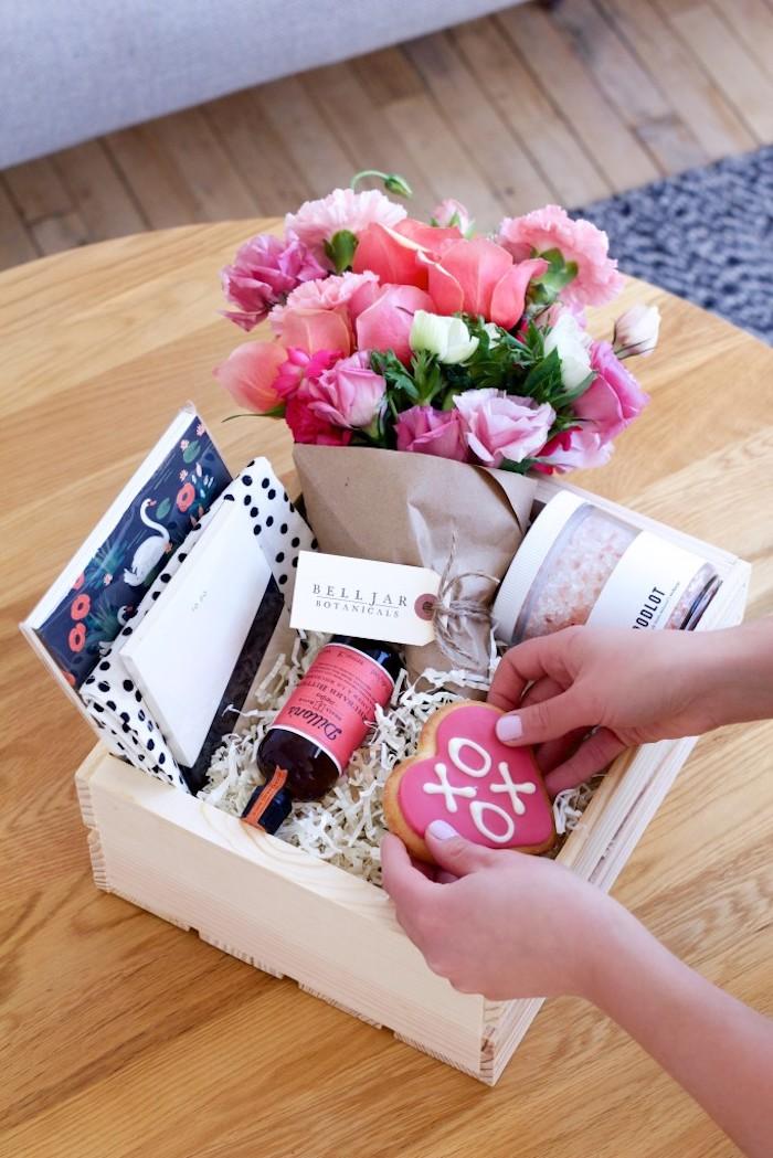 valentinstag geschenke für männer und ihre partnerinnen blumen kasten voll mit kleinen überraschungen ideen