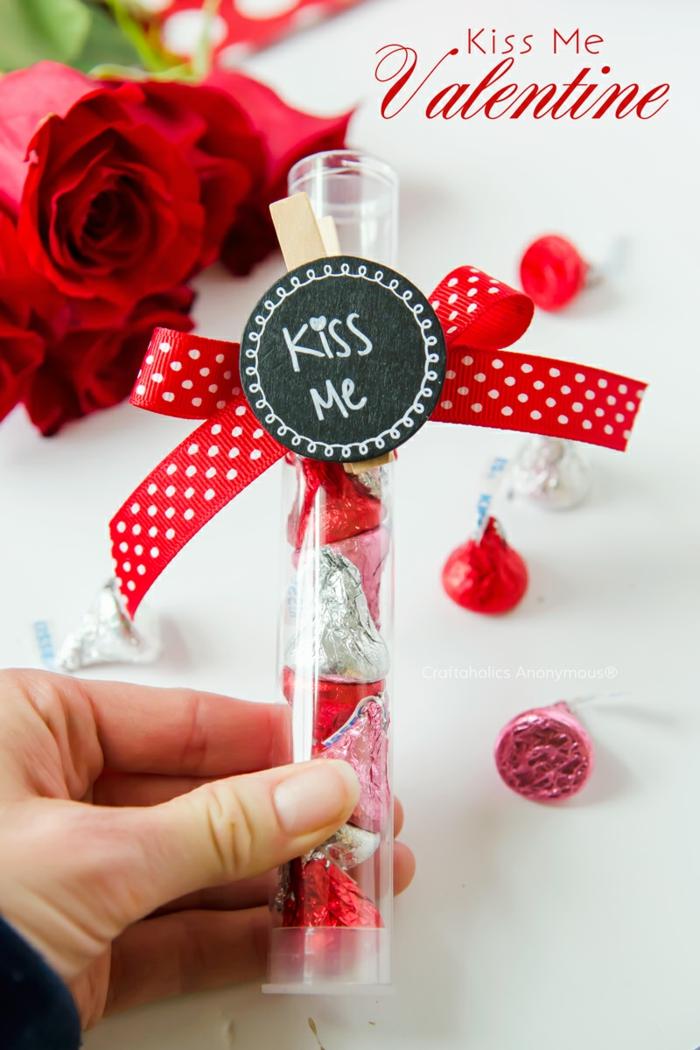 Kleine aber romantische Überraschung zum Valentinstag, Anhänger mit Aufschrift Kuss mich und rote Schleife, leckere Pralinen