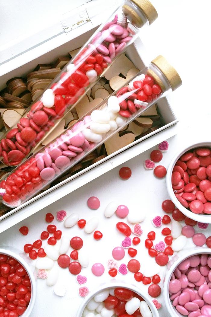 Kleines Geschenk zum Valentinstag, rote weiße und rosa Bonbons, süße Überraschung für jeden Geschmack