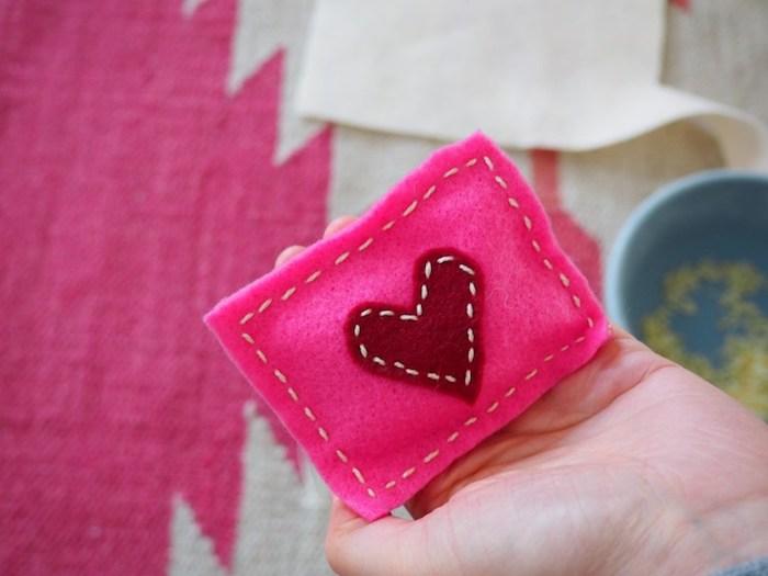 mithilfe eines kleinen geschenks schönen valentinstag wünschen taschenwärmer herz deko ideen