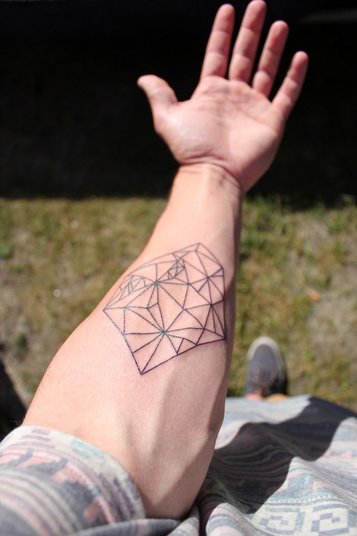 geile tattoos für männer, mann mit kleiner tätowierung mit geometrischen elementen