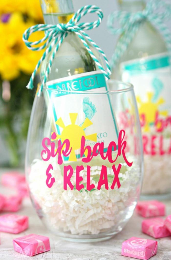 Glas mit Aufschrift, Flasche Weißwein mit Schleife verziert, Geschenkidee zum Valentinstag für Männer