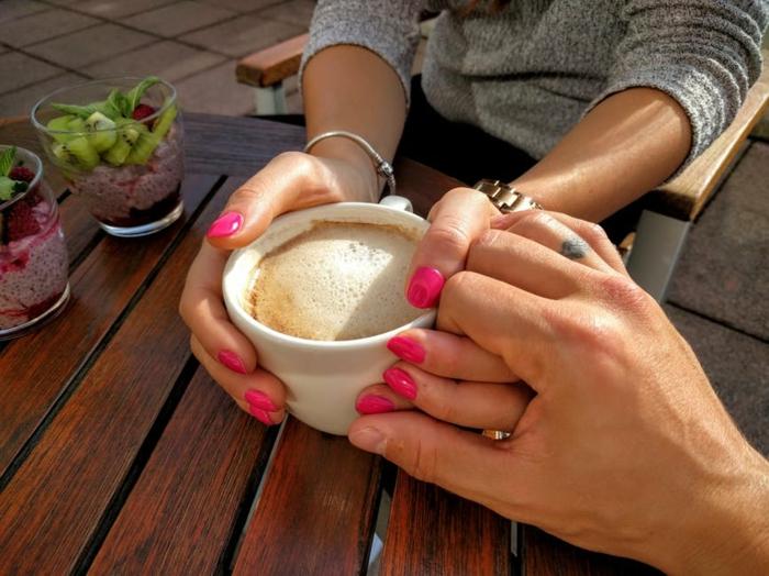 Kuschelbilder - zwei Verliebte halten Hände beim Frühstück zum Valentinstag