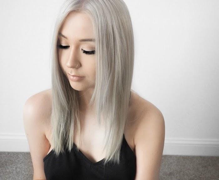 blonde Haare grau färben - ein Mädchen mit Piercing und dezentes Make up