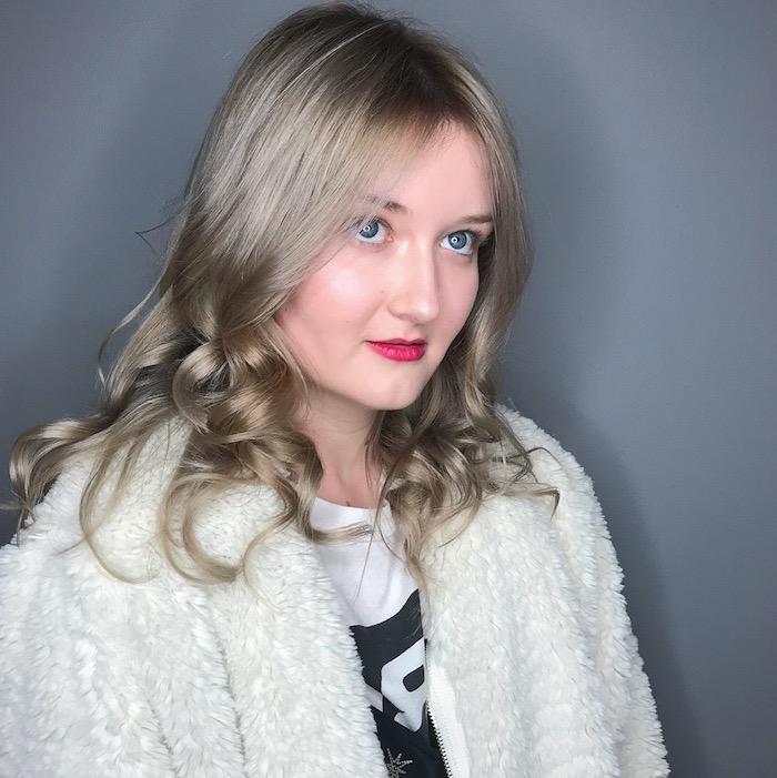 blonde Haare grau färben - ein niedliches Mädchen mit blauen Augen und rotem Lippenstift