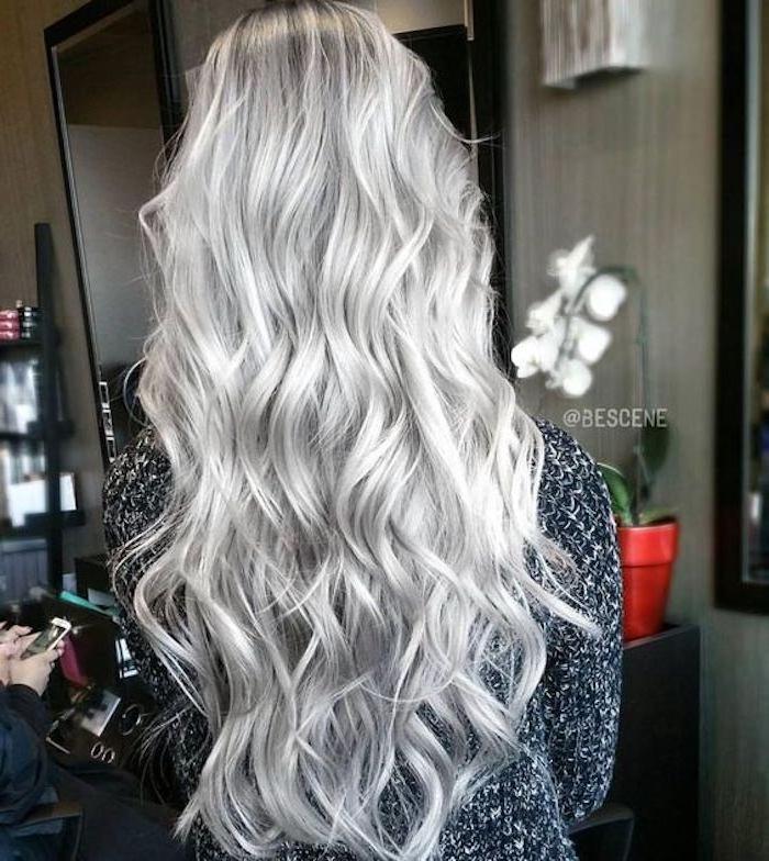 blonde Haare grau färben - ein langes Haar mit lässigen Locken und eine graue Bluse