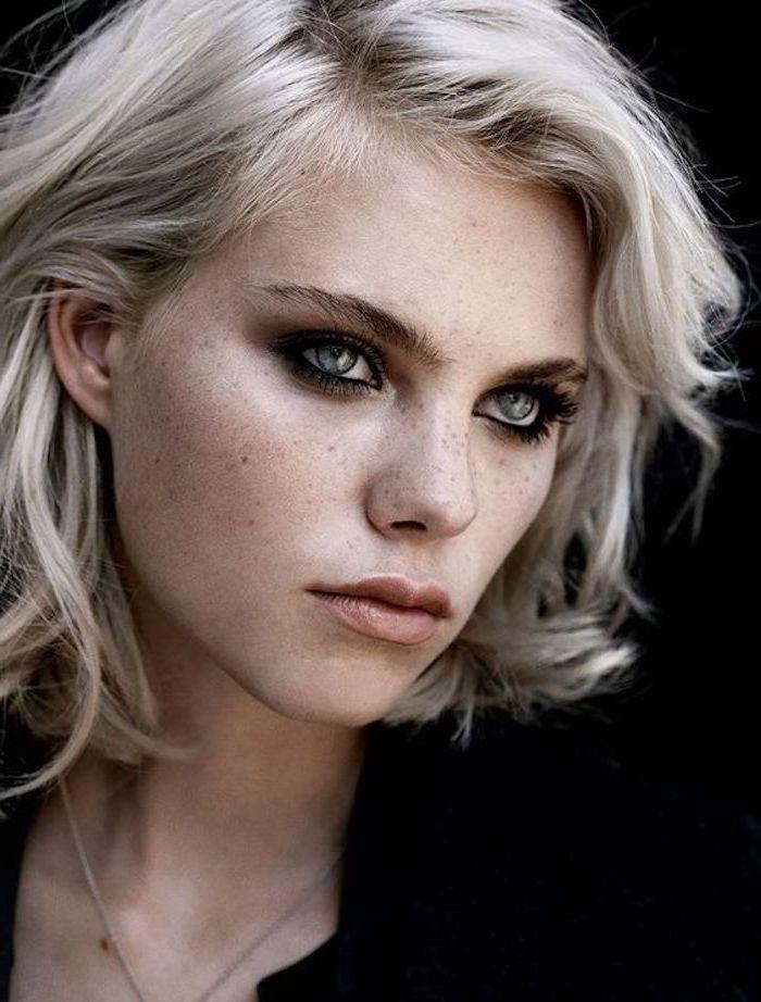 ein schönes Mädchen mit kurzem lockigem Haar und blauen Augen - blonde Haare grau färben