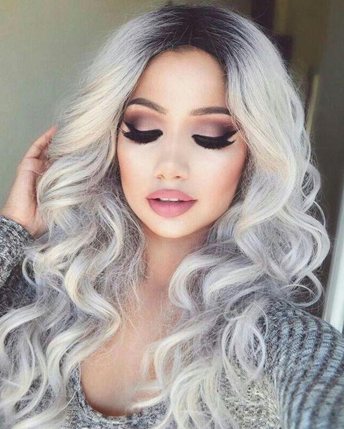 Haarfarbe grau silber - ein Mädchen mit lockigem Haar, sie hat bildschöne Schminke