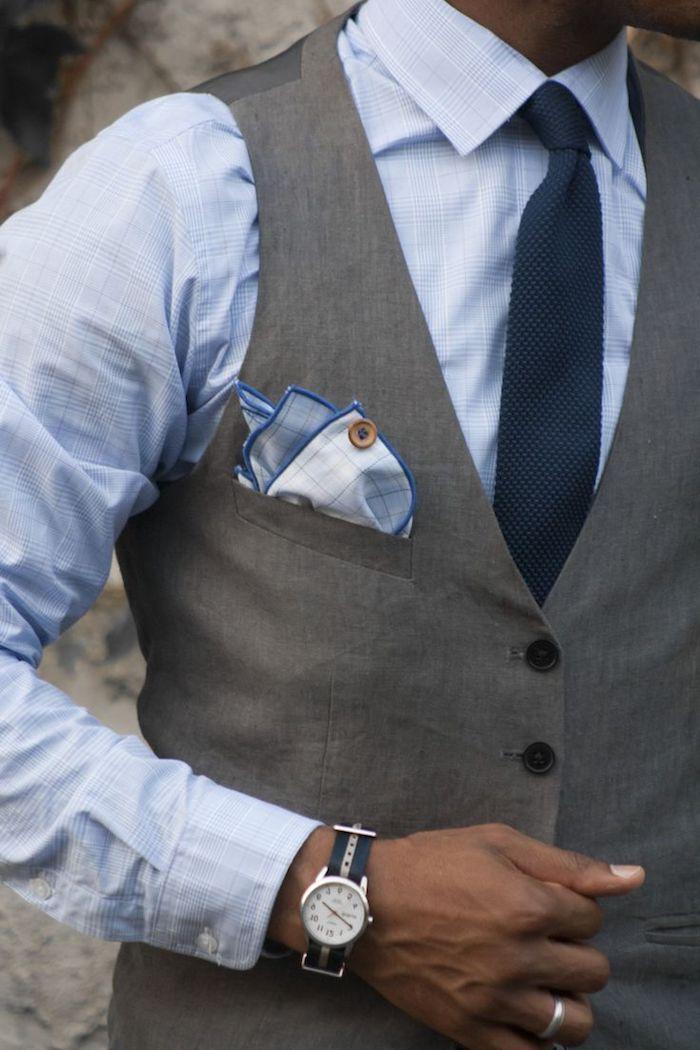 dieses blaue hemd und dunkle krawatte eignen sich perfekt zum outfit graue hose und weste dazu armbanduhr sportlich elegant