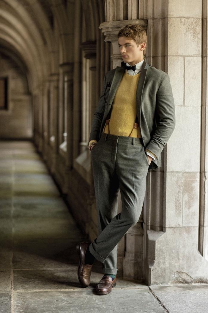 retro model von männer anzug ideen in grau mit hosenträgern und gelbem pulli anzug mit fliege braune schuhe