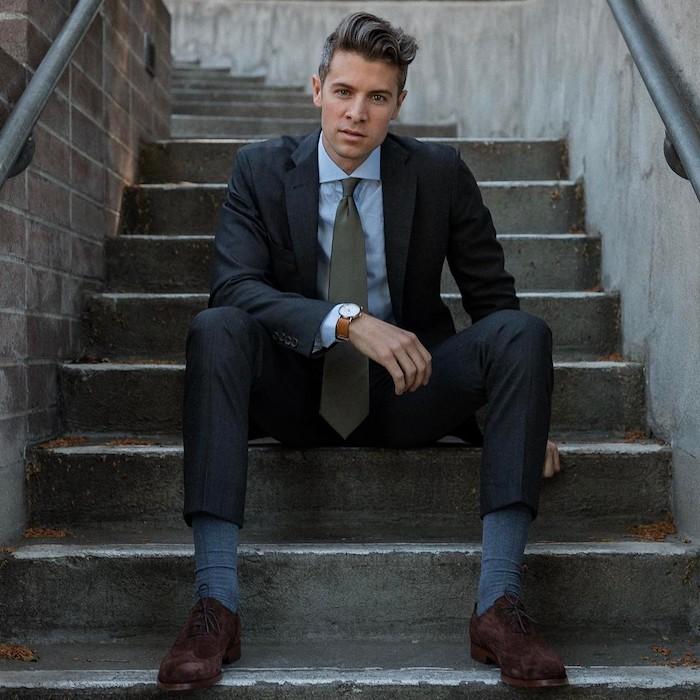 dunkelgrau männer anzug idee zum entlehnen graue krawatte hellblaues hemd graue socken braune schiuhe samt
