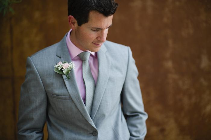 krawatte oder fliege anzug in grauer farbe stylen ideen anzug mit rosa hemd und blumen am aufschlag