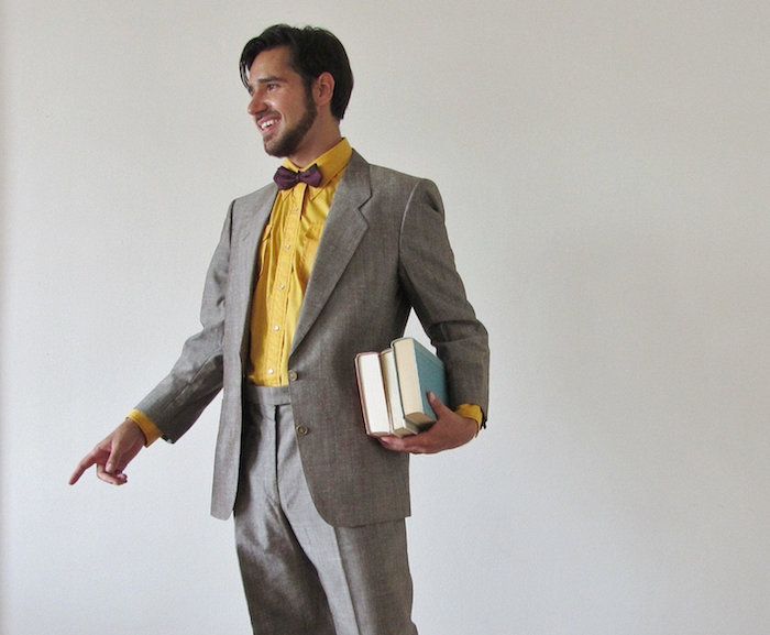 grauer anzug braune schuhe dieser mann trägt gelbes hemd und braune fliege zum grauen anzug und dazu passen am besten braune schuhe