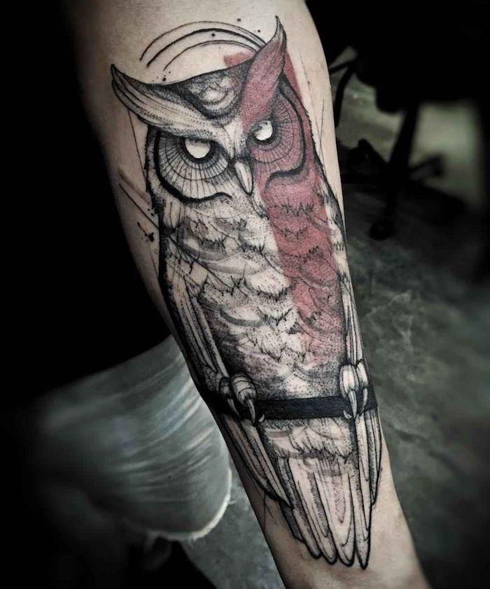 großes eulen tattoo am arm, eule mit weißen augen, blackwork tattoo