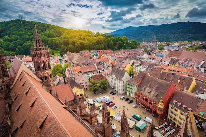 günstige urlaubsziele im süden von deutschland schöne architektur von oben fotografiert wolken himmel gebäude autos