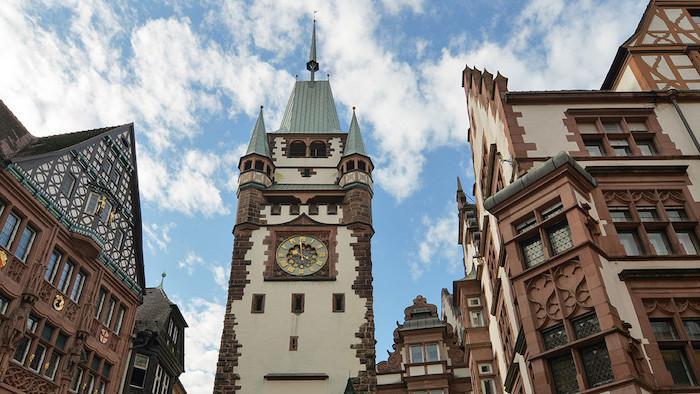 günstige urlaubsziele architektur und natur von freiburg im breisgau schöne sehenswürdigkeiten zum besuchen ideen uhrturm