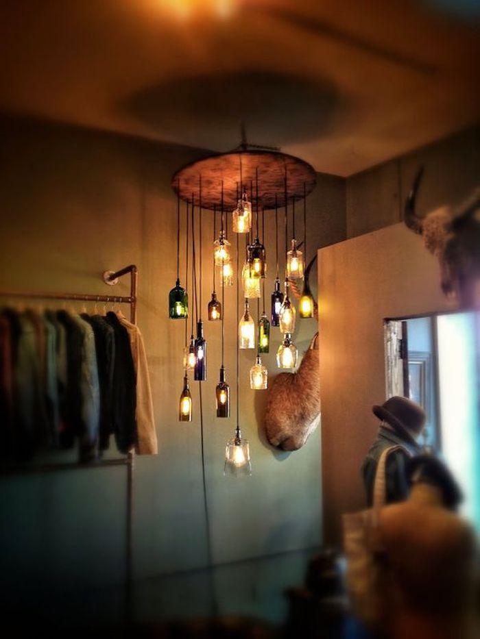 eine große hängelampe mit vielen kleinen und großen weißen, grünen, violetten und orangen lampen aus glasflaschen - lampe bauen