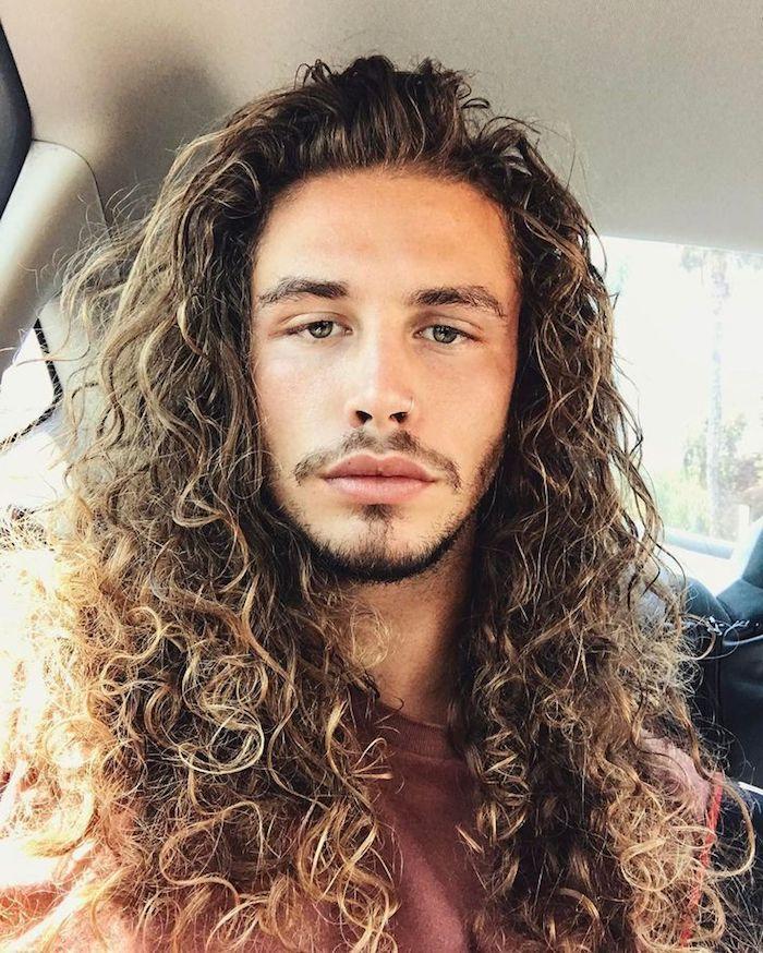 lange haare männer, mann mit langen lockigen haaren mit blonden strähnen