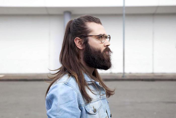 haar frisuren für männer mit langen haaren, mann mit langhaarfrisur, pferdeschwanz