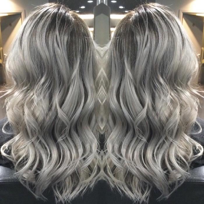 Haarfarbe Grau Silber - zwei Ecken von einer lässigen lockigen Frisur von langem Haar