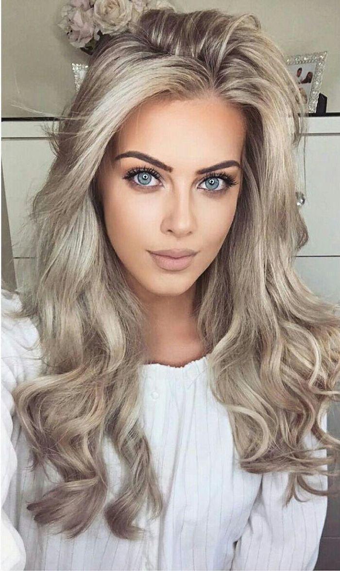 Haare grau tönen - lange Haare, schöne Schminke, weiße Bluse von niedlichen Mädchen