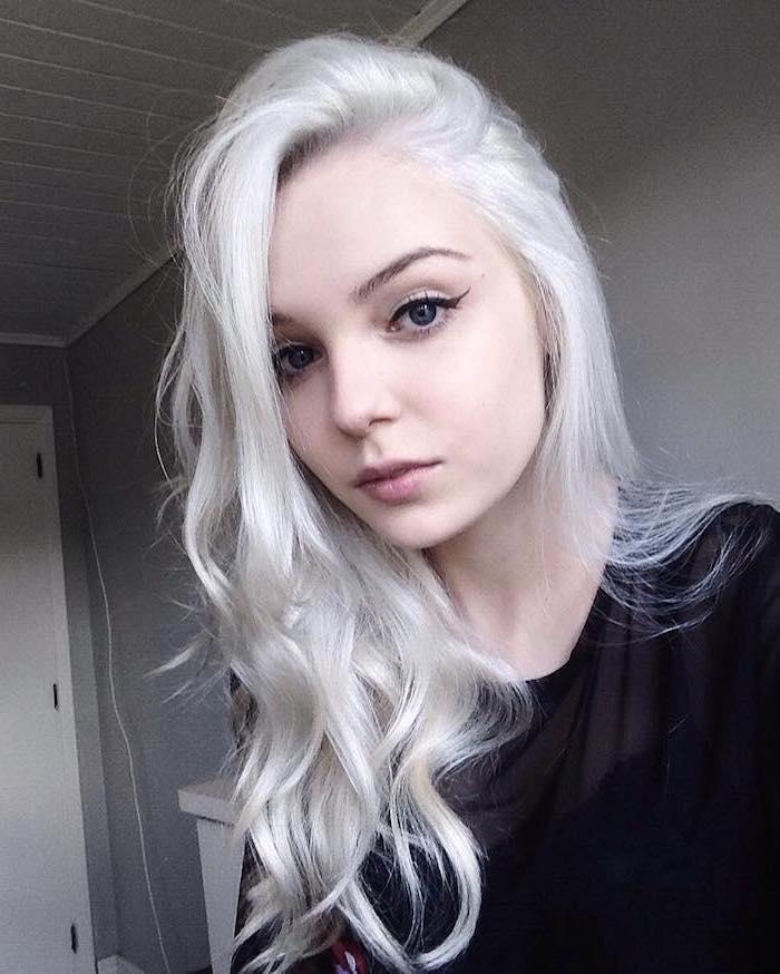 ein junges Mädchen mit Make up - mit einer silberblonden Haar, schwarze Bluse