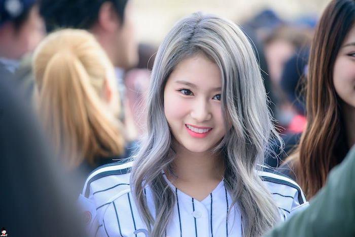 Silberblonde Haare - ein süßes Mädchen mit schönen Augen und schönes Lächeln
