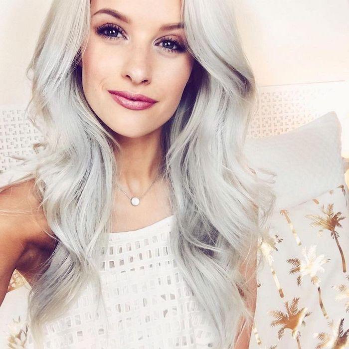 Silberblonde Haare - ein Mädchen mit langem Haar, weiße Bluse und Collier