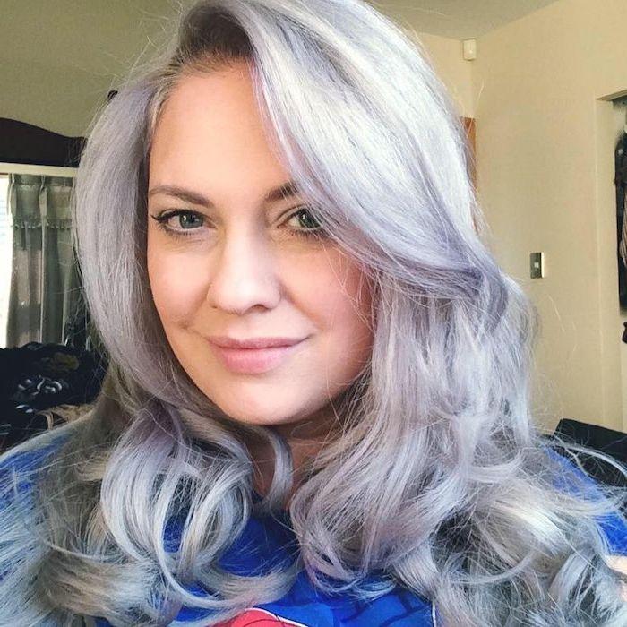 silberblonde Haare - eine Frau mit langem lockigem Haar, die bereits gefärbt hat