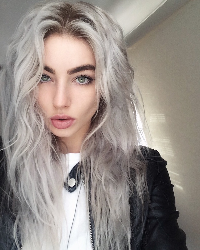 lange lockige Haare von einem Mädchen mit Lederjacke und weiße Bluse - silberblonde Haare