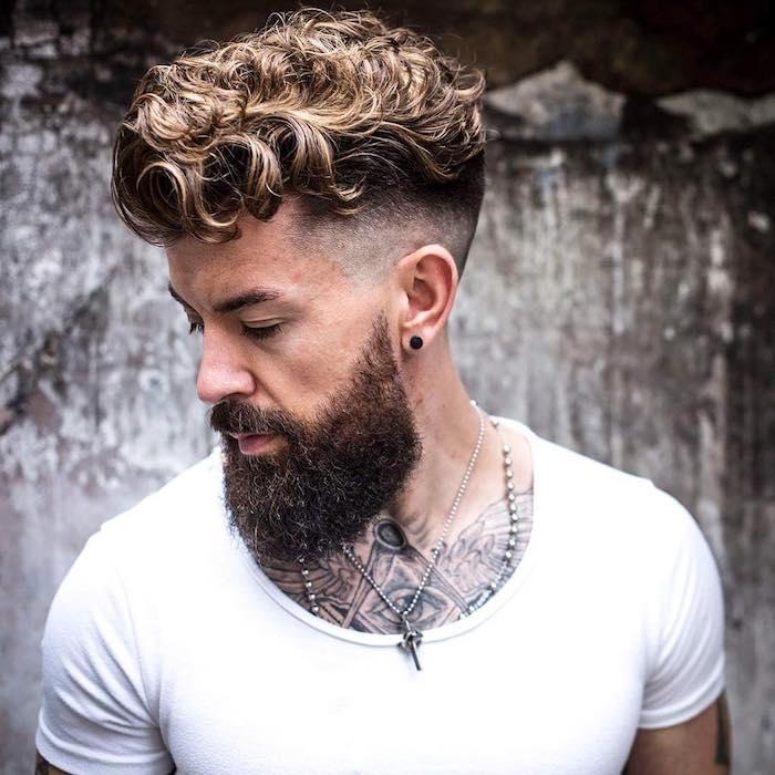 haarschnitt männer 2018, mann mit undercut-frisur und ipster bart, lockige haare
