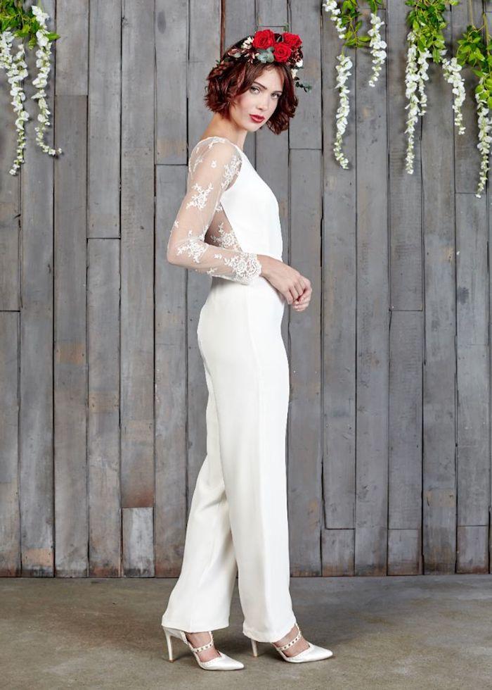 elegante dame trägt jumpsuit kurzoder lang was bevorzugen sie? valentino modell schuhe blumenkranz auf dem kopf spitze ärmel