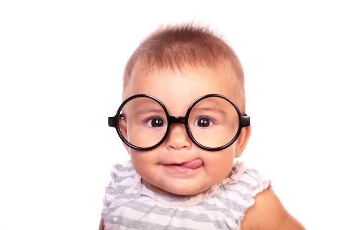 sehstörung ein niedliches baby mit brille lustiges bild süßes baby lesebrille runde brille gesundheit