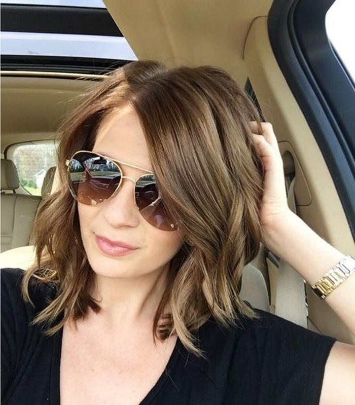 schulterlange Haare, braune Haare, eine große Sonnenbrille, Mädchen in einem Auto
